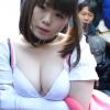 2e30434d s 100x100 - 【コミケ】爆乳ロリ顔美少女が乳輪見えてるのに気付かずカメコ達に写真を撮られるwww
