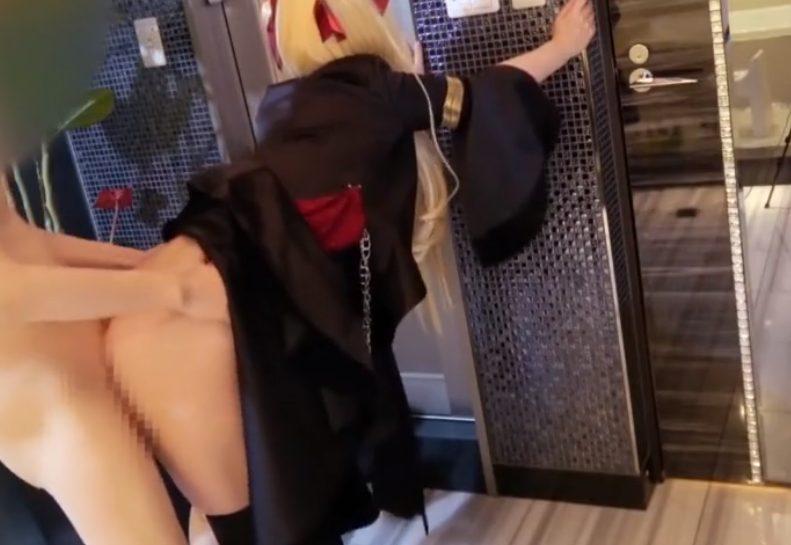 408887785485 - 金髪ツインテールのロリ顔コスプレイヤーがホテルでパイパン虐められちゃう♡後ろからの挿入が気持ち良すぎて耐えられない♪