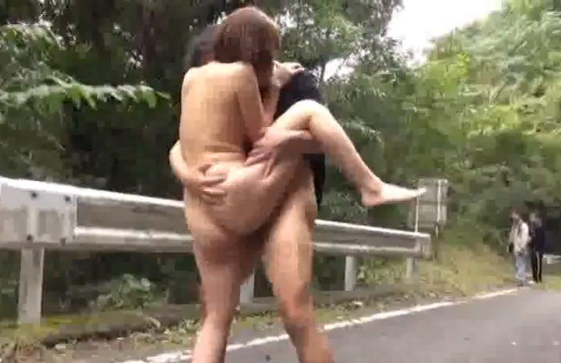 2 - 【変態人妻】『もっと…いっぱい突いてぇぇ♡』知らない人に視姦されながら道路の真ん中で野外セックスする露出狂巨乳人妻♡